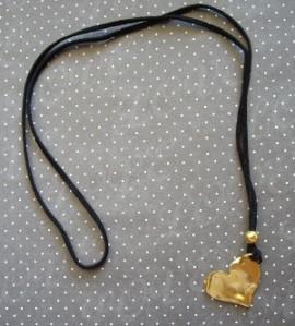 Κολιέ με δέρμα και μεταλλική καρδιά Τιμή: 10 ευρώ Κωδικός: 21114/5
