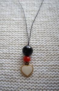 Μακρύ κρεμαστό με χάντρες και μεταλλική καρδιά. Κωδικός: 22015/1