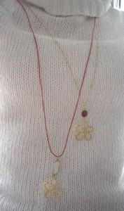 Κολιέ με ημιπολύτιμες πέτρες και ασημένιο 925ο επιχρυσωμένο λουλούδι, σε αλυσίδα ή κορδόνι. Κωδικός: 27025/1