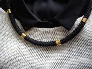 Κολιέ με κορδόνι και διακοσμητικά στοιχεία Τιμή: 10 € Κωδικός: 30015/2